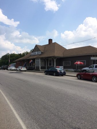Eastern Depot Restaurant: Noon time Monday 8/5/14 and the side parking lot is slammed and the place is almost full.. You w
