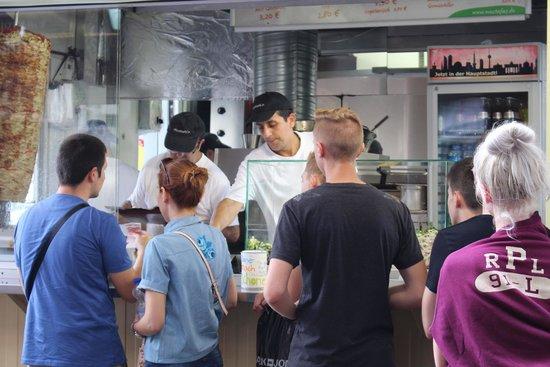Mustafa's Gemüse Kebab: un rythme de travail régulier pour faire face à la pression