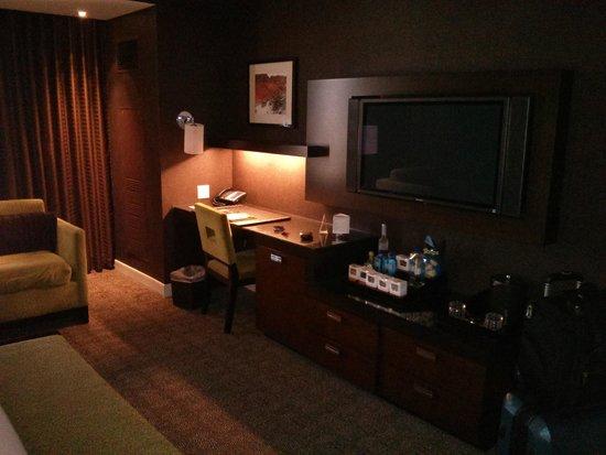 Red Rock Casino Resort & Spa: The desk, etc. in Deluxe room