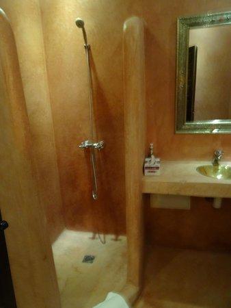 Riad 107: bathroom