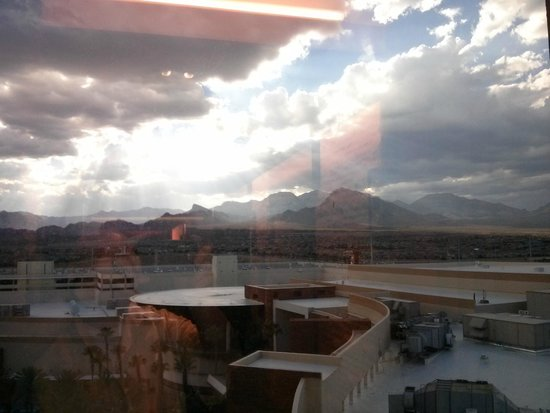 Red Rock Casino Resort & Spa: View of the mountains from other side of the hotel to where my room was