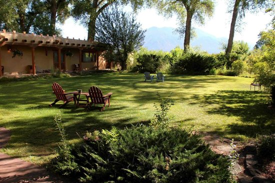 Hacienda del Sol: Garden with view of Sangre de Christo Mountains / Wheeler Peak
