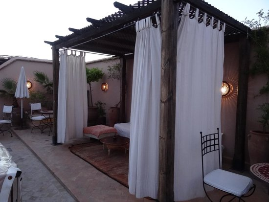 Riad 107: lounge area on roof terrace