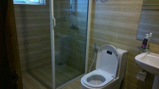 Tour Inn Nuwara Eliya: Baño con agua caliente