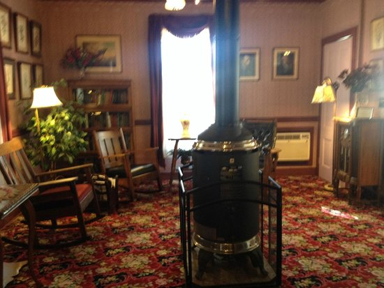 Julian Gold Rush Hotel : Sitting Area in Lobby with Old Stove