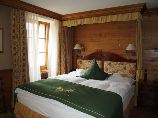 Riffelalp Resort 2222 m: お部屋は木の温もりを感じるつくり。