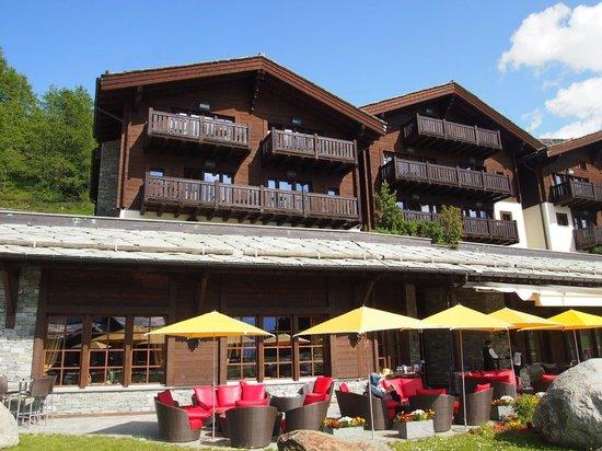 Riffelalp Resort 2222 m : ホテルの外観は自然と調和した山荘風。