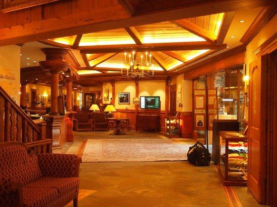 Riffelalp Resort 2222 m : フロントのあるロビーは広々としたつくり。
