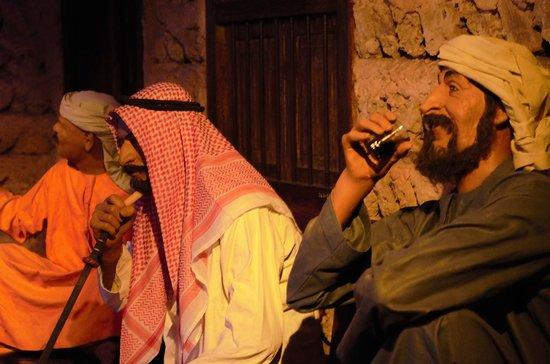 Musée de Dubaï : Statues of Emiratis enjoying Shisha smoking