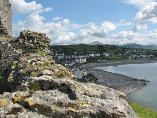 Caerwylan Hotel: View of the hotel and bay and mountains from Criccieth Castle