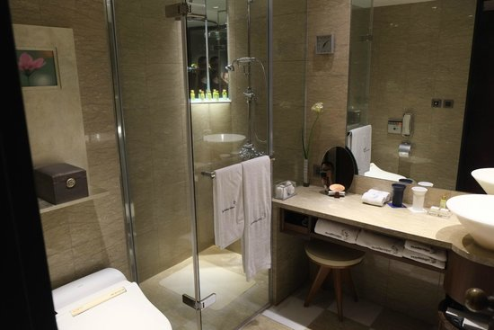 Les Suites Taipei Ching-cheng: NIce spacey bathroom with amenities