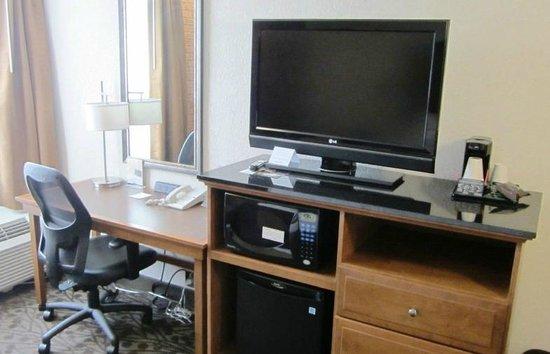 Drury Inn & Suites Frankenmuth : TV and Desk