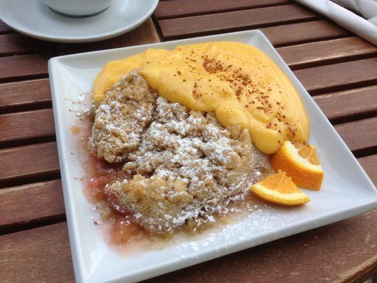 Cobblestones Cafe: Rhubarb Crumble with Custard...mmmmm