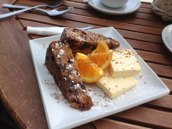 Cobblestones Cafe: Fruit Cake and Cheese to share!