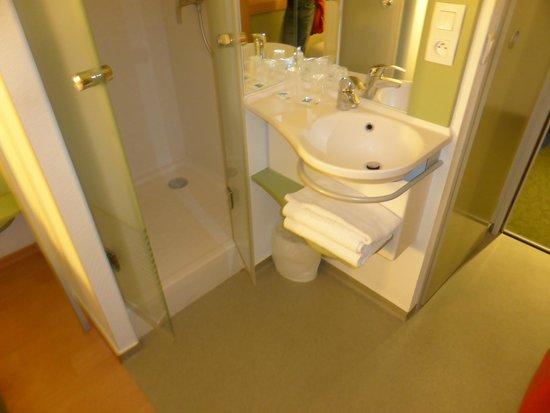 Ibis Budget Biarritz Anglet: Shower/basin