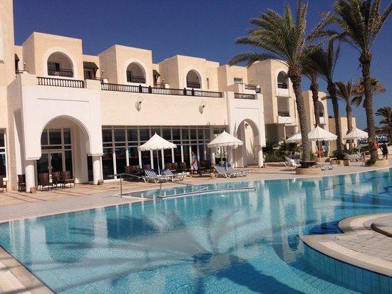 Al Jazira Beach & Spa: La piscine animée et le bar