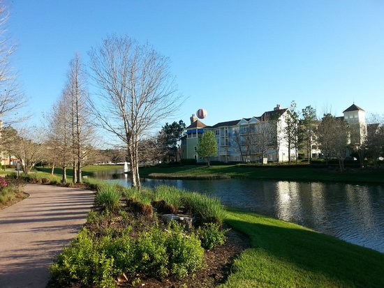 Disney's Saratoga Springs Resort & Spa: Beautiful landscaped grounds