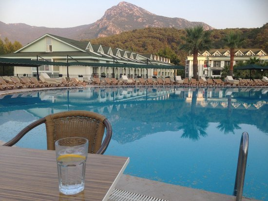 Green Forest Hotel: Sunset by the pool
