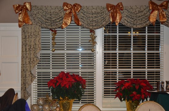 The Olde Mill Inn: Holiday decorations in Fox & Hounds Room