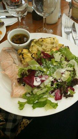 Chez Prosper : Pavé de saumon avec gratin de courgettes + salade