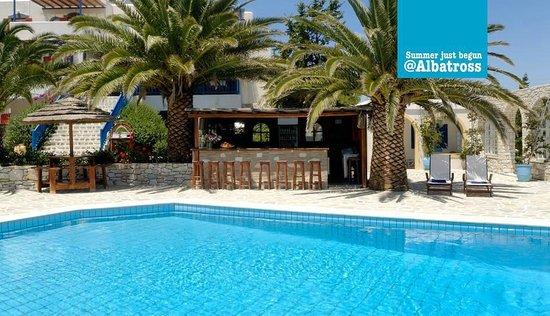 Albatross Hotel : Le bar près de la piscine