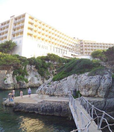 Globales Club Almirante Farragut Hotel: El hotel desde la cala en forcat