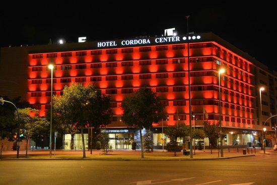 Hotel Cordoba Center: Vista nocturna de la fachada del hotel