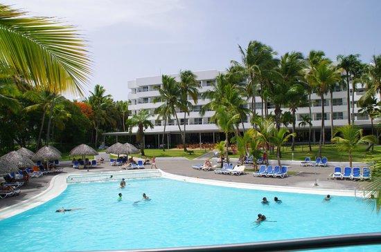 Hotel Riu Naiboa: vue de la piscine et de l hotel