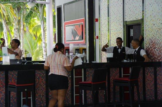 Hotel Riu Naiboa: bar de la piscine