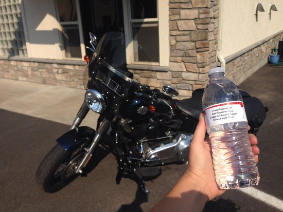 Best Western Lodge At River's Edge: Water bottle surprise!