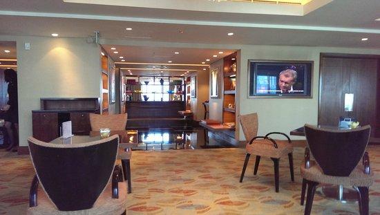 Shangri-La Hotel Jakarta: inside of horizon lounge