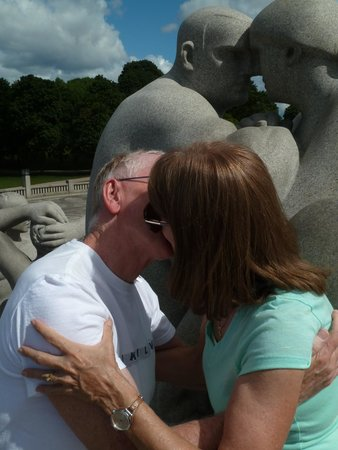Museo de Vigeland: Mimicking the statue of a couple