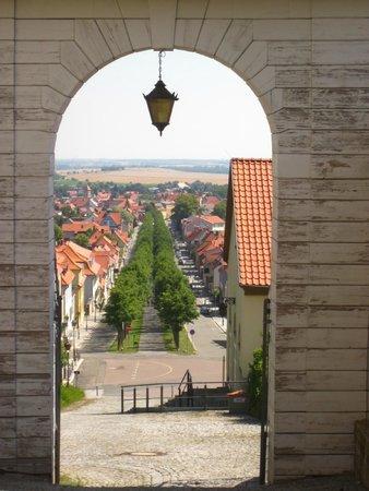 Schlosshotel Grosser Gasthof Van Der Valk Ballenstedt: Blick vom Schlossplatz nach Ballenstedt