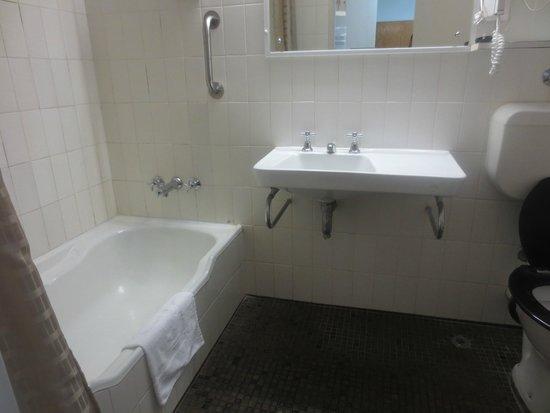 The New Esplanade Hotel: Bathroom
