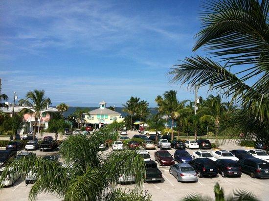 Capt Hiram's Resort : Facing restaurant and river