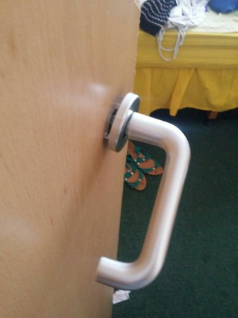 Ilfracombe Holiday Park: 'Gold' apartment... One of two broken door handles.