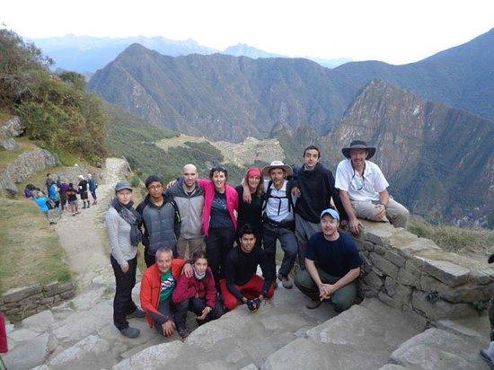 Camino Inca: Foto del grupo!, de fondo una vista de la ciudadela desde la Puerta del Sol