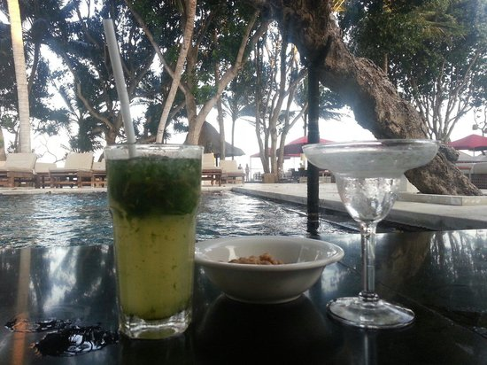 Puri Santrian: Drinks an der Poolbar