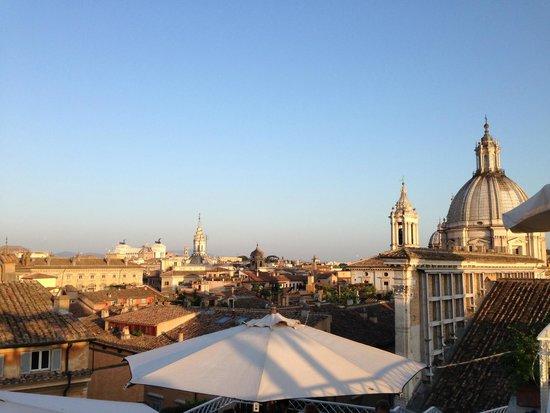 Hotel Raphael: Panorama dalla terrazza (con graticcia che sorregge la facciata di Santa Maria dell'Anima)