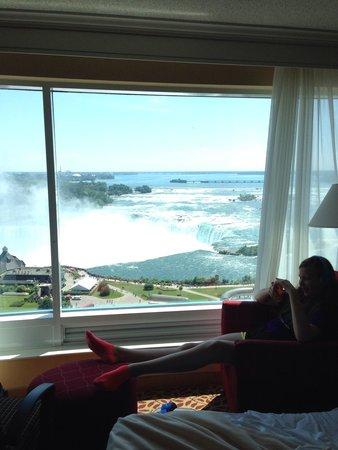 Niagara Falls Marriott Fallsview Hotel & Spa : Relaxing by beautiful view!
