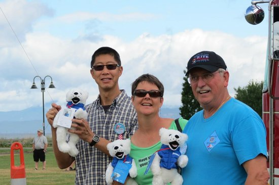 Travelodge Parksville: Teddy Bear drop at Parksville Lions Kite Festival