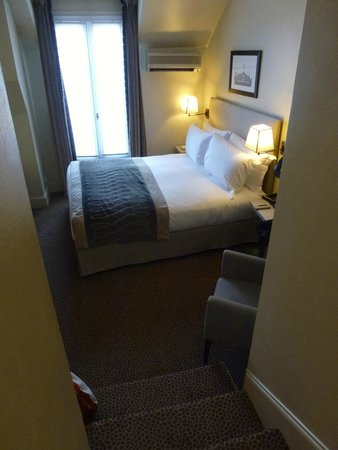 Sofitel Paris Baltimore Tour-Eiffel : Bed with Air-Con!