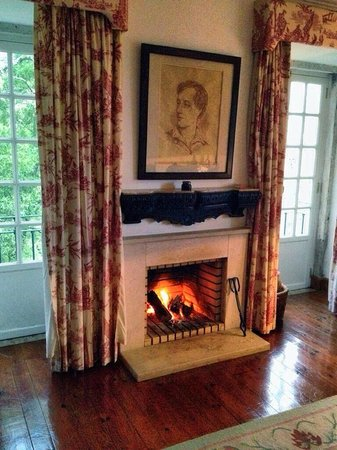 Lawrence's Hotel: Living room fireplace in the Lord Byron Suite