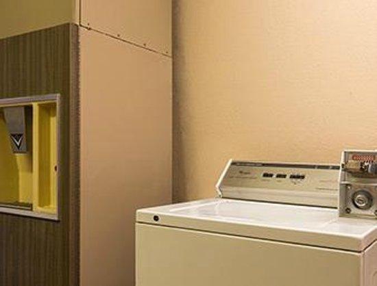Super 8 Taylor/Detroit Area: Guest laundry