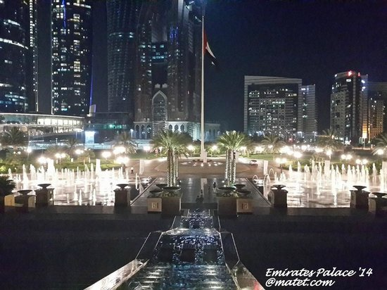 Emirates Palace: Lights & fountains at the main grounds of the hotel