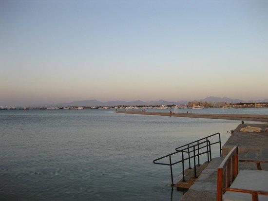 Siva Grand Beach Hotel: Утром рано на рассвете видны горы в далеке