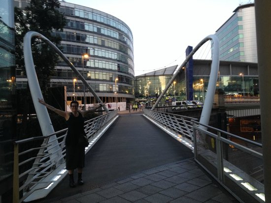 DoubleTree by Hilton Manchester Piccadilly: Bridge from the hotel to Piccadilly Train Station