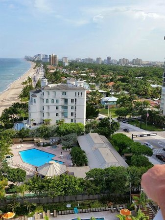 Pelican Grand Beach Resort, A Noble House Resort: View from 11th floor of Ft. Lauderdale