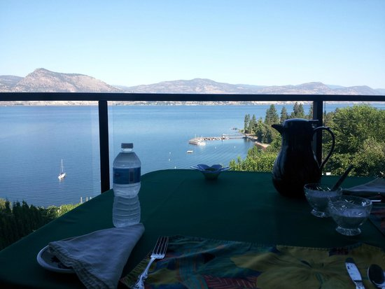 Paradise Cove Guest House: Okanagan Lake view from Garden Room