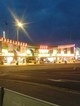 Grosvenor Hotel Skegness: The pier entrance directly opposite